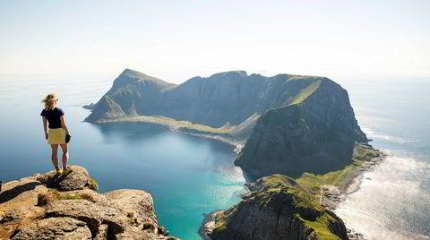 Øytoppen. Værøy er den nest ytterste kommunen i Lofoten, og tilgjengelig med ferje fra Moskenes eller Bodø. På vei opp til fjellet Håen (438 moh.) spør en mann oss: Skal dere opp til «Instatoppen»? Sånn er fjellsommeren 2020.