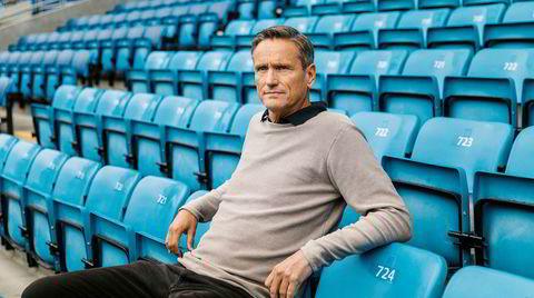 En fri rolle. Jan Kvalheim på Ullevål Stadion, en av flere arenaer han opererer på. – Jeg gjør mange ting. Mange, mange, mange, mange, mange, sier han. – Men en av mine mange livsfilosofier er at jeg ikke har lyst til å sitte i godstolen min når jeg er 75 og angre på noe jeg ikke har gjort.