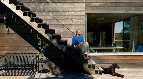 Trapper ned. – Vi elsker dette stedet, sier Tai Grung. Trappen opp til takterrassen fungerer fint som sitteplass. Lucy er en vennlig miks av ridgeback og vizsla.
