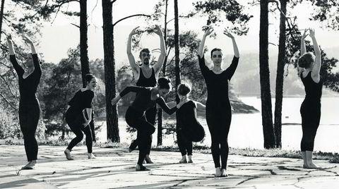 Improvisert. Høvik Ballett var fast inventar på Henie Onstad Kunstsenter i 20 år. Kompaniet gikk i dialog med både arkitektur, jazz-musikk og kunstverk når de improviserte koreografier. Senere turnerte gruppen på skoler, gamlehjem og i fengsler – og er den første dansegruppen i Norge som har fått støtte til turnévirksomhet.