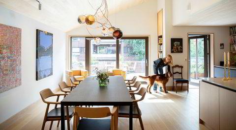 Byhus. Cathrine Throne-Holst liker livet i leilighet, med stor terrasse, egen inngang fra gaten, masse lys og raus takhøyde. Birk, irsk setter på 11 år, er den i familien som har brukt lengst tid til å venne seg til bylivet.