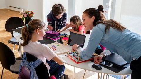 Therese (9), Daniel (12), Amalie (7) og Karoline Steenbuch Lied (44) har hjemmeskole og hjemmekontor.