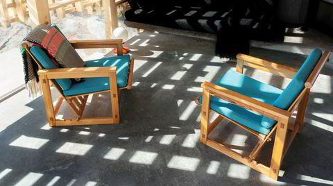Vondt og vakkert. Charlotte Thiis-Evensen og Eivind Buene kjøpte dyre, brukte Trybo-møbler til sin arkitekttegnede hytte på Skåtøy.