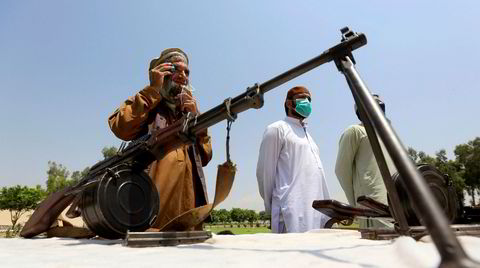 Lars Petter Sveens nordrike ligner Afghanistan, boken kan godt leses som en fantasyfortelling om Taliban, mener DNs anmelder. Her leverer Taiban-medlemmer inn våpen i Jalalabad 25. juni.