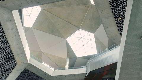 Utsikt opp mot taket. Kommunens ønske var at det nye bibliotekets utside skulle være et bakteppe til operaen, ikke «skulpturert», forteller arkitekt Einar Hagem, og sier: «Det har vi tatt igjen inne». Fordi tomten var ganske liten, var arkitektene opptatt av at rommet skulle ha interessante siktlinjer oppover, mot de tre takvinduene.