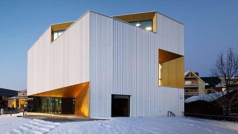 Fasadeform. Marit Justine Haugen tenker på Nitjas bølgende fasademateriale som en form for forheng, et sceneteppe man drar fra – og bak det skinner kunsten.