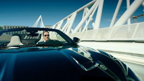 Adam koser seg i sin Jaguar F-Type P300, en av flere biler i «Exit» som også DNs biltester har hatt gleden av å prøve.