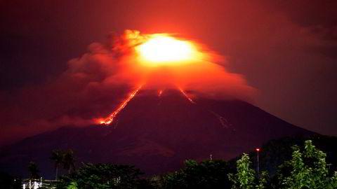 Lava renner nedover fra vulkanen Mayon natt til tirsdag. Nå fryktes et større utbrudd.