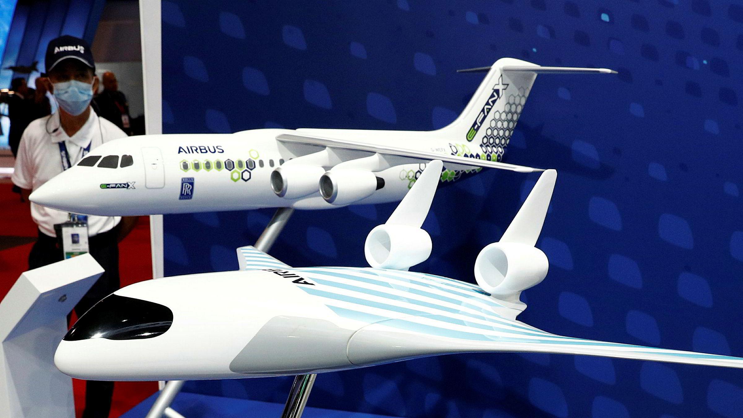 En modell av Airbus elfly E-Fan X (bak) ble fremvist på Singapore Airshow 11. februar i år.