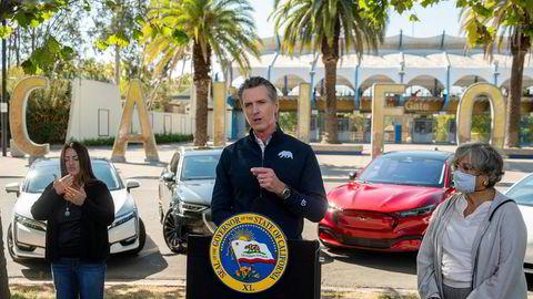 California-guvernør Gavin Newsom kunngjorde onsdag lokal tid at biler solgt i delstaten skal være utslippsfri innen 2035.