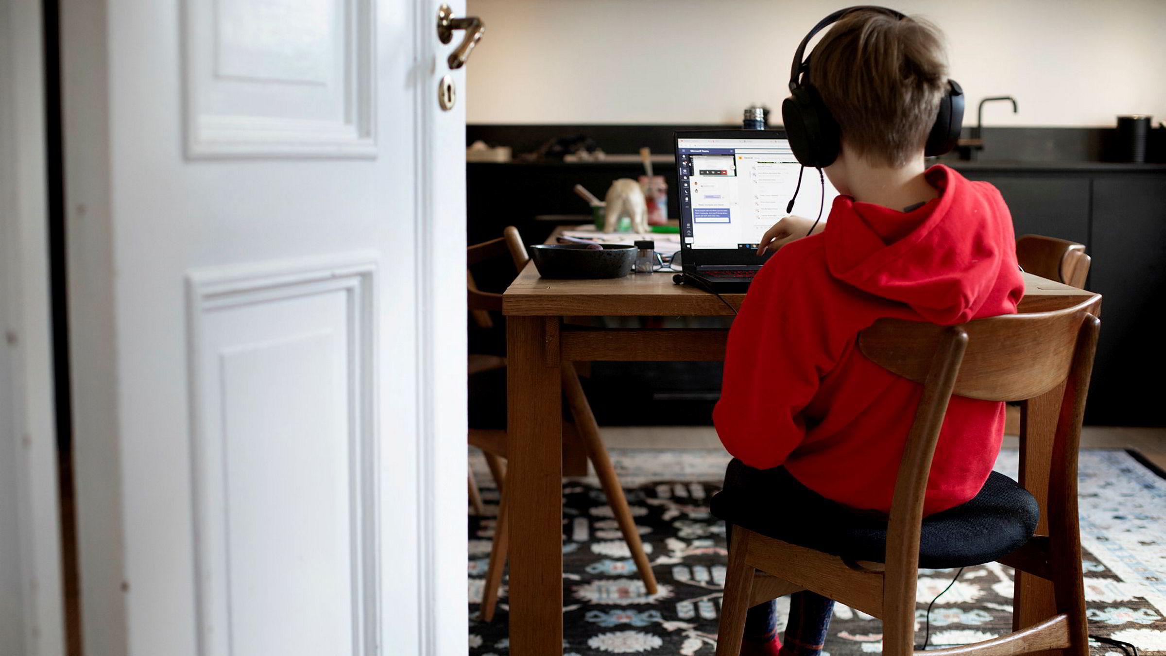 Etter at skoler og barnehager over hele landet ble stengt grunnet koronapandemien, har både elever mange foreldre måttet jobbe hjemmefra.