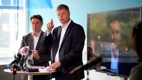 Konsernsjef Jacob Schram, finansdirektør Geir Karlsen og styreleder Niels Smedegaard (på videolink fra København) i flyselskapet Norwegian holder pressekonferanse etter den ekstraordinære generalforsamlingen mandag. Aksjonærene godkjente krisepakken som sikrer videre drift i selskapet.