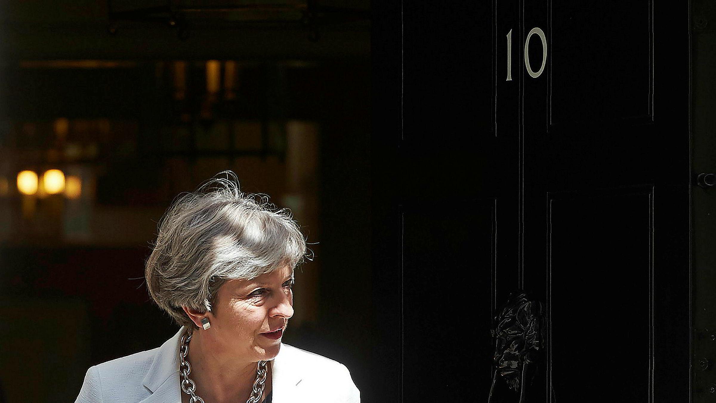 Storbritannias statsminister Theresa May gikk tirsdag hardt ut mot kolleger etter lekkasjer fra et kabinettmøte forrige uke. May sliter med tilliten etter valgnederlaget i juni, der De konservative tapte flertallet i parlamentet.