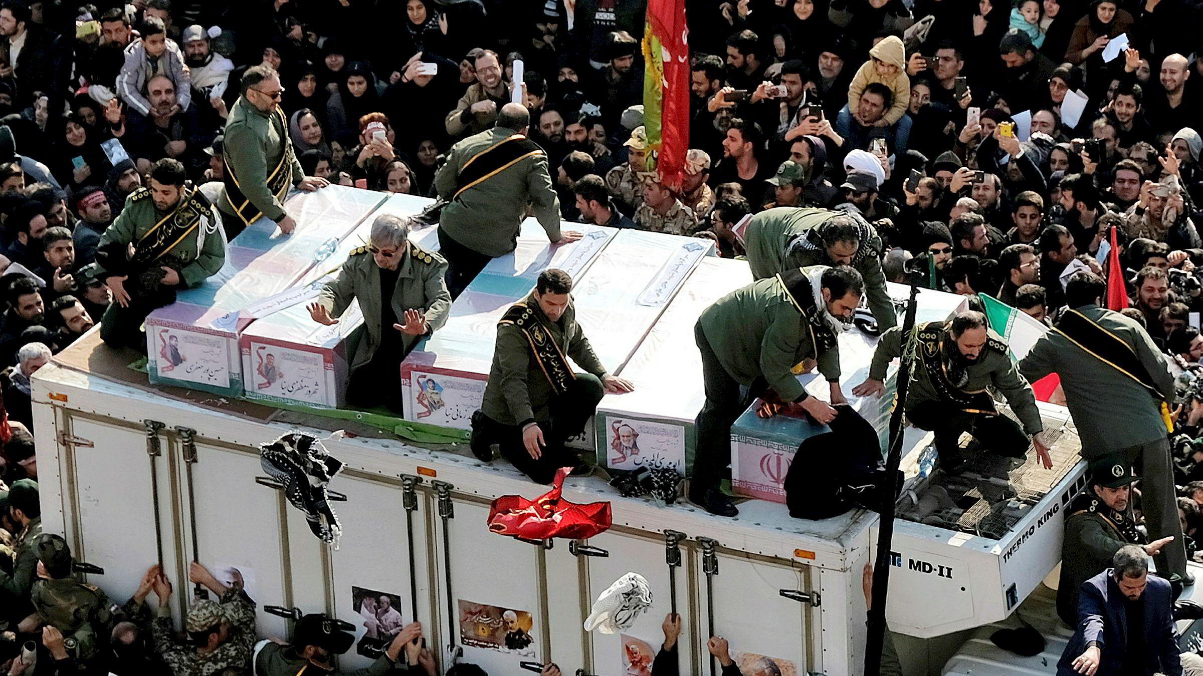 Kisten til den iranske generalen Qasem Soleimani, og andre som ble drept av en amerikansk drone sist fredag, ble mottatt av flere hundre tusen mennesker i Teheran på mandag. Iran lover hevn mot USA.