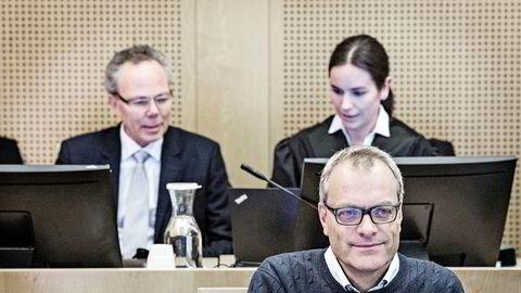 Christian Selmer avbildet da saken ble behandlet i tingretten i 2018. Bak sitter Arne Helleland og advokat Eli Johanne Apold.