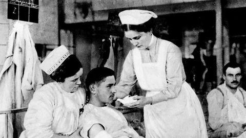 Tuberkulose var en fryktet sykdom, som lite hjalp mot og hvor det var klart anbefalt å holde seg unna. Her tyske Røde Kors-sykepleiere med sårede soldater i 1915.