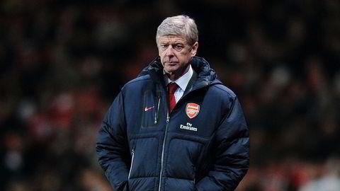 Soveposen. Arsène Wenger er 190 centimeter, men boblekåpen føltes likevel alltid litt for stor, har han uttalt. Og det har han rett i. Her under en kamp mellom Arsenal og Everton på Emirates 10. desember 2011.
