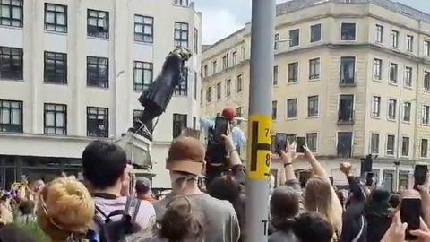 Statuen av kapitalisten og slavehandleren Edward Colston ble revet under protestene mot politivold og rasisme i Bristol på søndag.