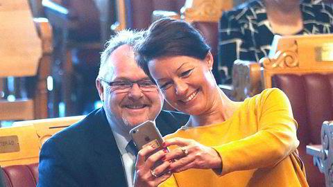 Høyre var klar for å la Line Henriette Holten (KrF) bli riksrevisor. Her tar hun en selfie i fjor med daværende innvandrings- og integreringsminister Per Sandberg (Frp) før en spørretime i Stortinget. Men det var nettopp Frp som hindret Holten fra å bli riksrevisor.