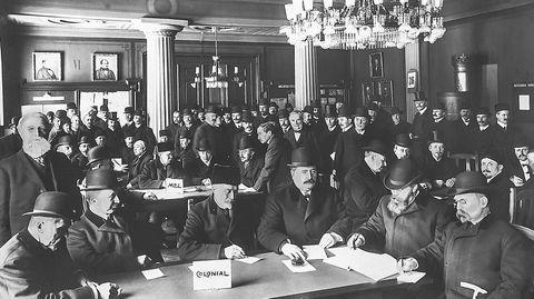 Med etablering av en egen varebørs i 1901 ble det folksomt når hovedstadens grossister møtes til ukentlige varenoteringer.