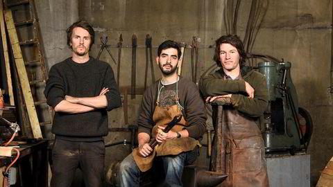 Blenheim Forge. De tre kameratene (fra venstre) James Ross-Harris, Jon Warshawsky og Richard Wagner har gjort hobbyen til fulltidsjobb og startet egen smie. Kjøkkenknivene deres er blitt populære blant både kjendiskokker og amatører.