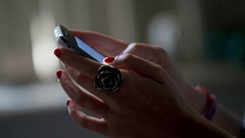 En kvinne benytter en smarttelefon i Rio de Janeiro i Brasil. Marketwatch har laget en liste over funksjoner som ville gjort det lettere å legge fra seg mobilen.
