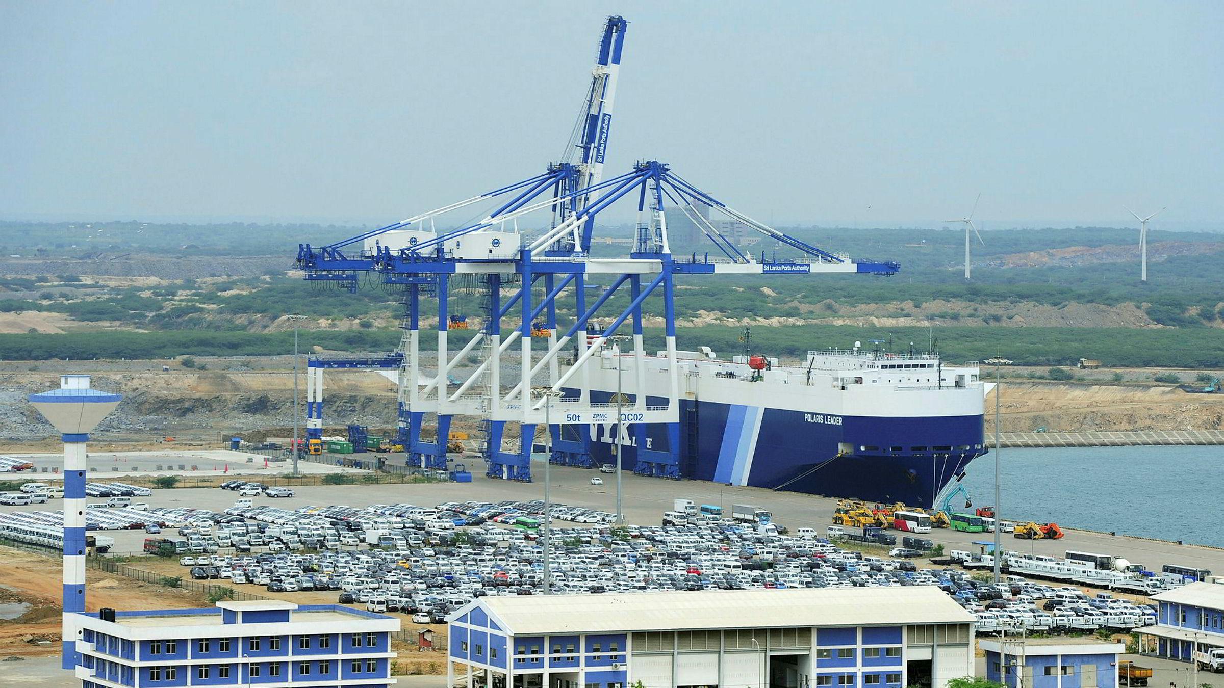Statseide kinesiske selskaper kontrollerer dypvannshavnen Hambantota på Sri Lanka etter å ha betalt vel ni milliarder kroner for 70 prosent av aksjene. Sri Lanka spiller en nøkkelrolle i utviklingen av den nye kinesiske maritime silkeveien gjennom Det indiske hav.