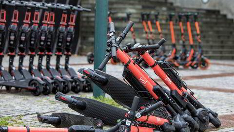 Elektrisk sparkesykkel fra Voi utenfor Oslo S. Oslo er en suksess for Voi, som leverer overskudd i hovedstaden.