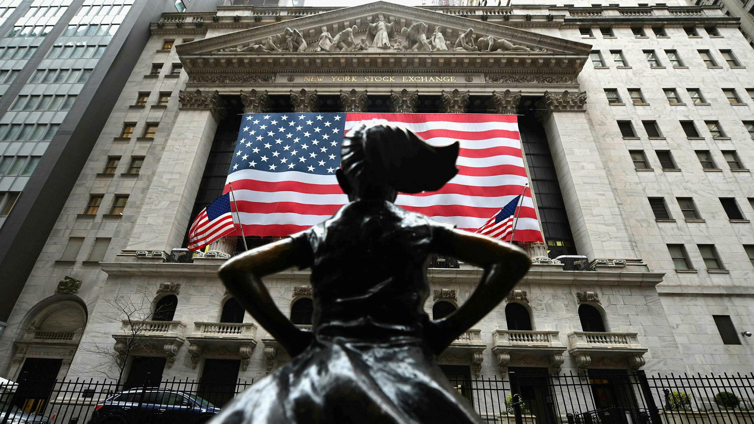 Wall Street-indeksene steg kraftig tirsdag, etter at det er stadig økende håp om at en krisepakke til økonomien skal bli godkjent av Senatet. Avbildet er statuen «The Fearless Girl» utenfor New York-børsen.