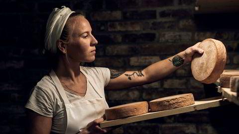 Lise Brunborg driver Stavanger Ysteri. Ostene brukes i restauranter som Maaemo i Oslo og Renaa, Ostehuset, Tango, Egget og Spiseriet i Stavanger. Her sjekker inspiserer Lise osten Konrad (rødkittost vasket i imperial stout fra Lervig Aktiebryggeri) nede i kjelleren i Ysteriet.