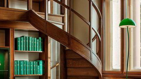 Grønn tråd. – Jeg ville skape et rolig og harmonisk rom, alt går i «bibliotekgrønt», sier designer Emma Olbers. Lampen er formgitt av Front, mens stolen og teppet er designet av Olbers.