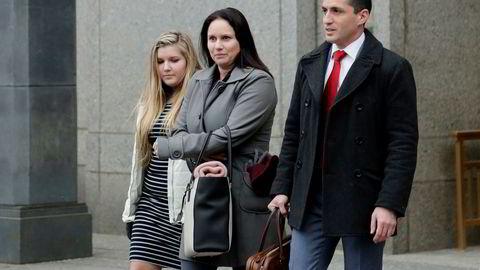 En seniorrådgiver ved det amerikanske Finansdepartementets Fincen-avdeling, Natalie Edwards, ble i 2018 arrestert for å ha lekket et større antall rapporter om mistenkelige pengetransaksjoner fra Fincens arkiver til Buzzfeed. Her er hun på vei ut av et rettslokale i New York i januar 2019.