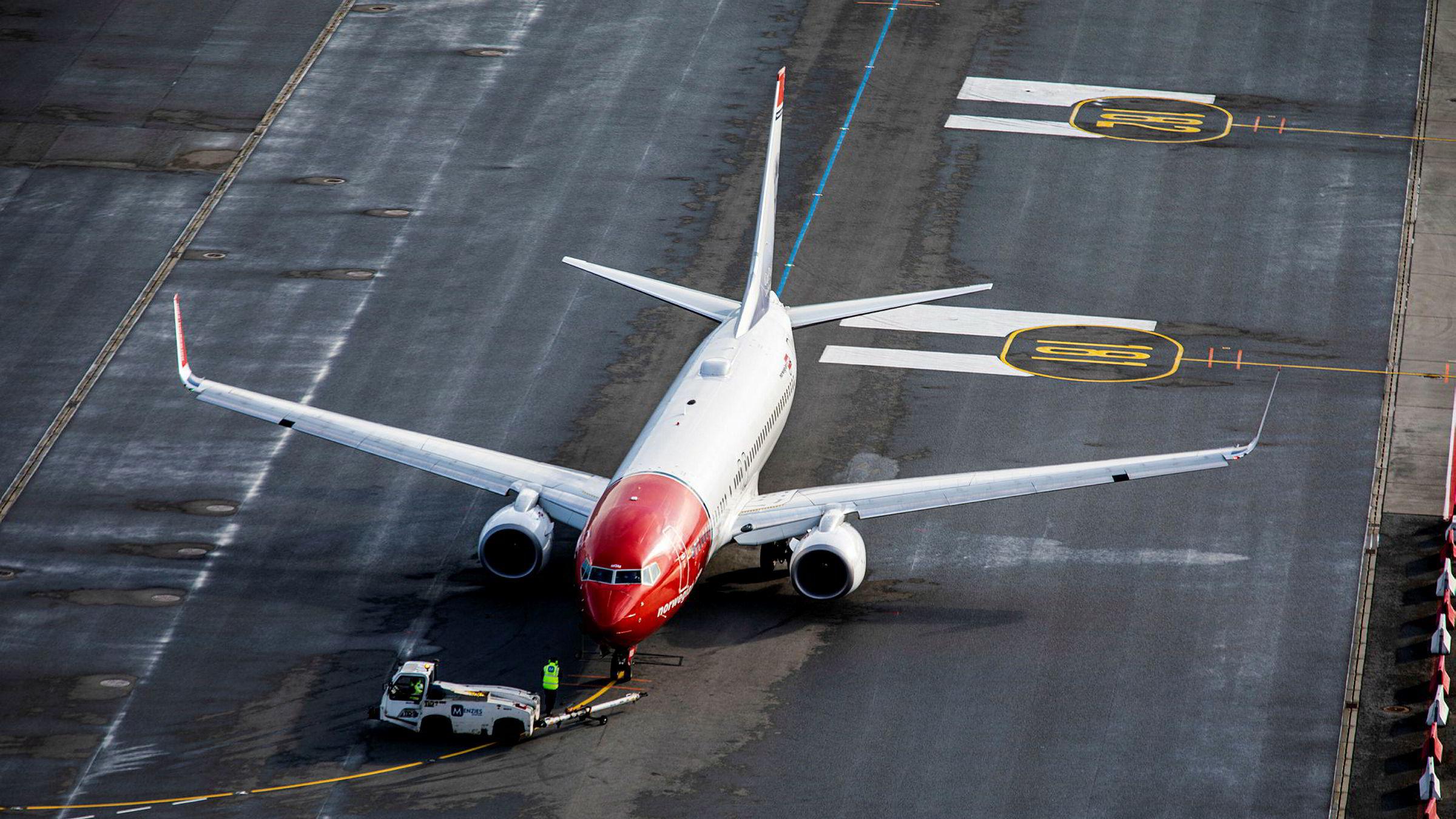 Norwegian har slitt tungt på børs siden koronaviruset brøt ut. Tirsdag ettermiddag kommer nyheten om permitteringer og kansellerte flyvninger, etter at selskapet samme dag meldte om kansellerte flyvninger til Italia.