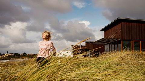 Skylaget sprekker passende nok opp for Irene Rummelhoff, Statoils konserndirektør for fornybar energi, når hun tar pause fra konsernledelsens samling på Solastranden. Statoils gjestehus til høyre.