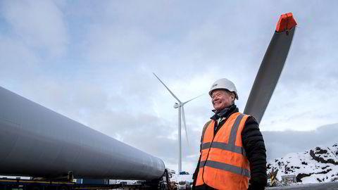 Den første av fem vindmøller er montert når Asko styreformann Torbjørn Johannson besøker den nye vindmølleparken på Skurve utenfor Stavanger.