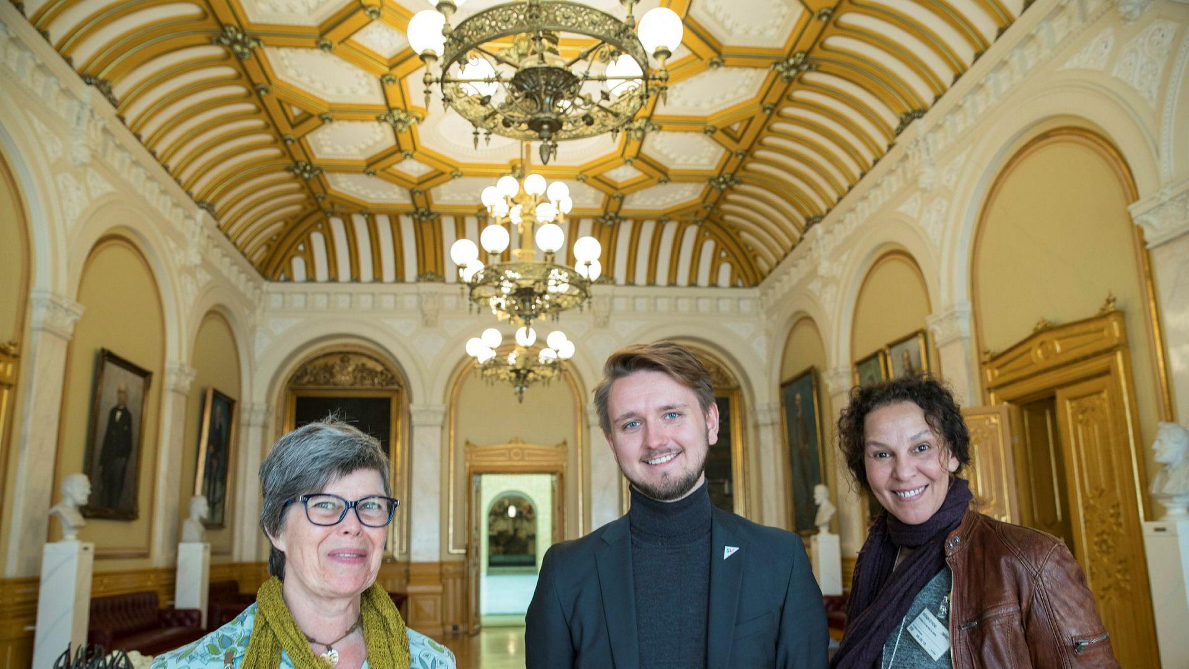 Ika Kaminka (fra venstre), Monica Ann Boracco og Freddy André Øvstegård er fornøyde, her i vandrehallen på Stortinget.