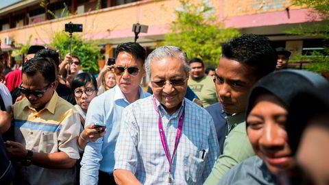 Malaysias tidligere statsminister - og nå opposisjonsleder - Mahathir Mohamad avla stemme under valget tidlig onsdag morgen. Valgdeltakelsen er lavere enn tidligere år, noe den sittende regjeringen sannsynligvis vil tjene på.
