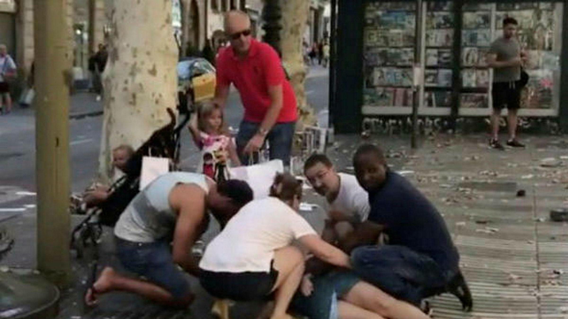 Barcelonas innbyggere og besøkende turister opplevde dramatiske minutter etter angrepet i paradegaten La Rambla i Barcelona.