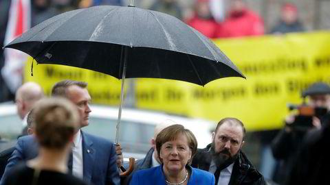 Tysklands statsminister Angela Merkel på vei til sonderinger i Berlin.