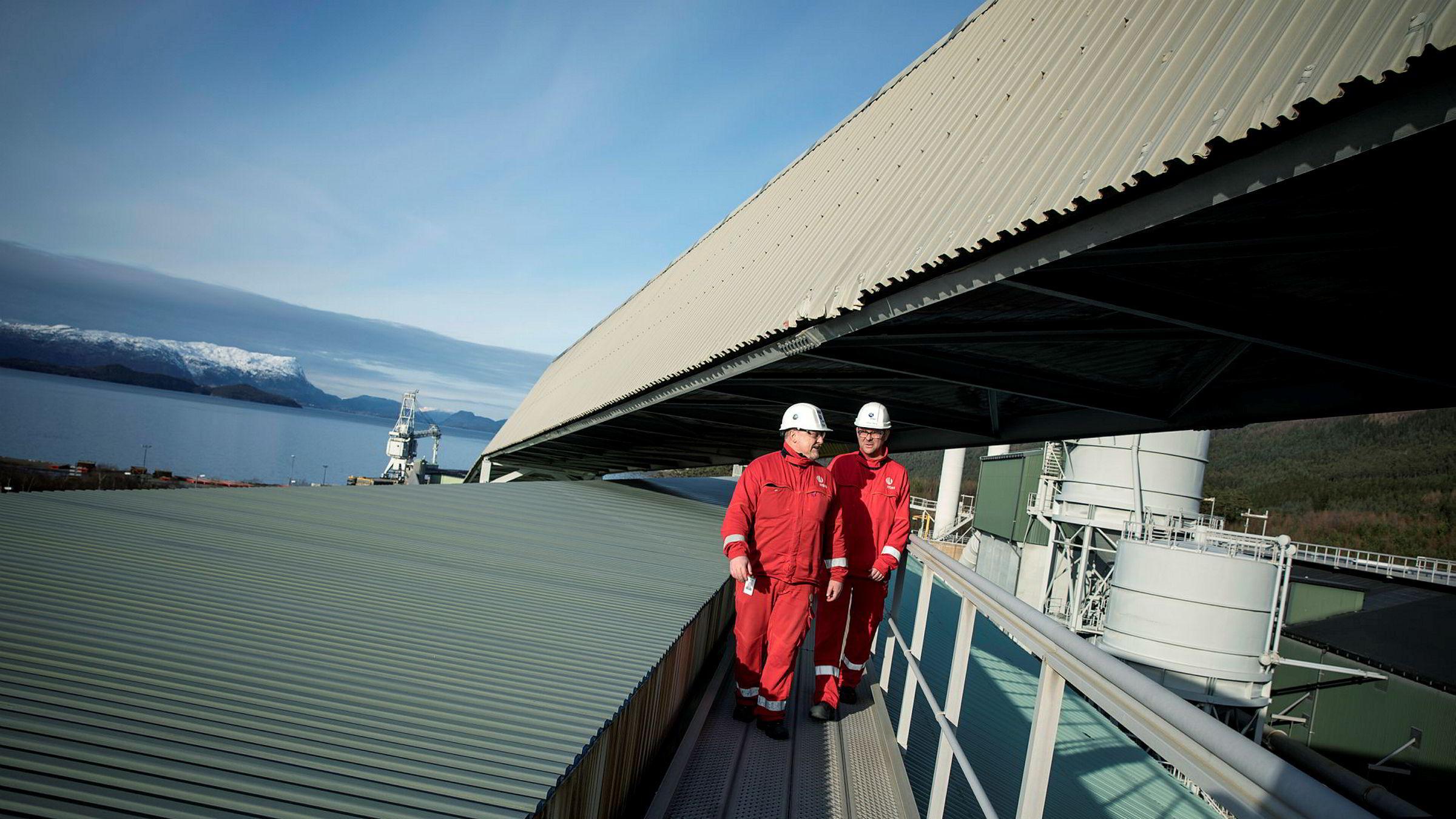 Aluminiumsprodusenten Hydro Husnes skal nå doble produksjonen. Tillitsvalgt Ørjan Normann (til venstre) og fabrikksjef Johan Berg tenker begge på globalt marked og konkurranseevne.