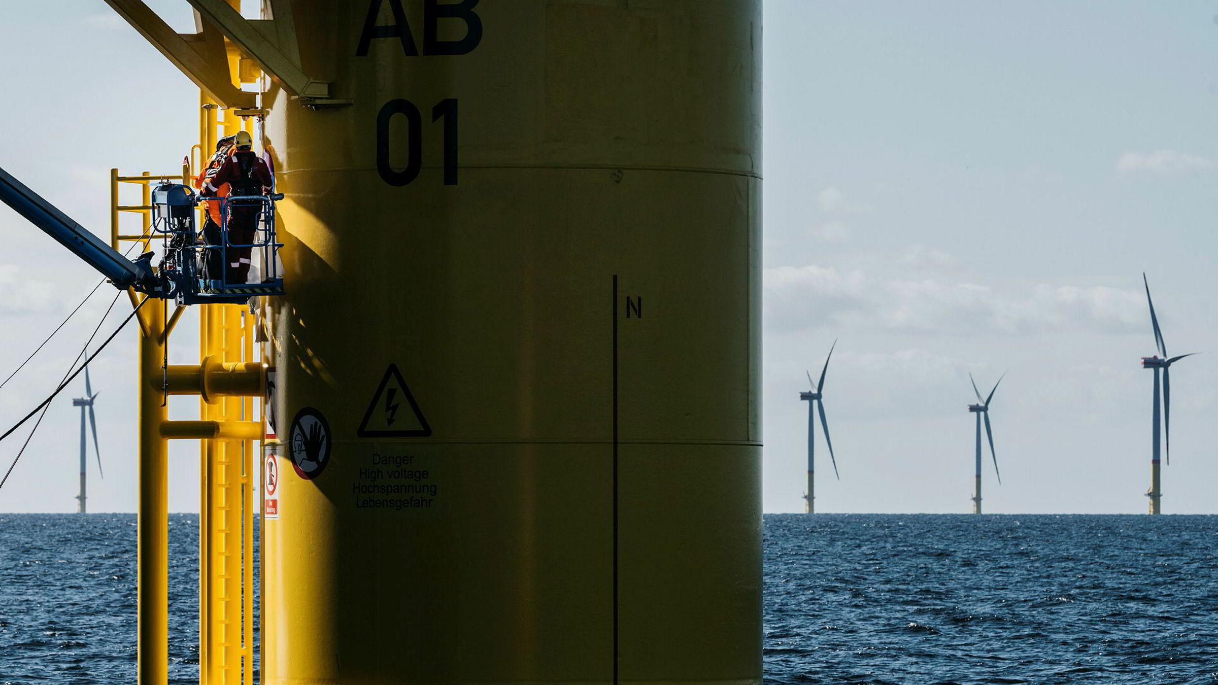 Arbeiderne blir små i forhold til understellene i vindparken Arkona i Tyskland, der Equinor er medeier.