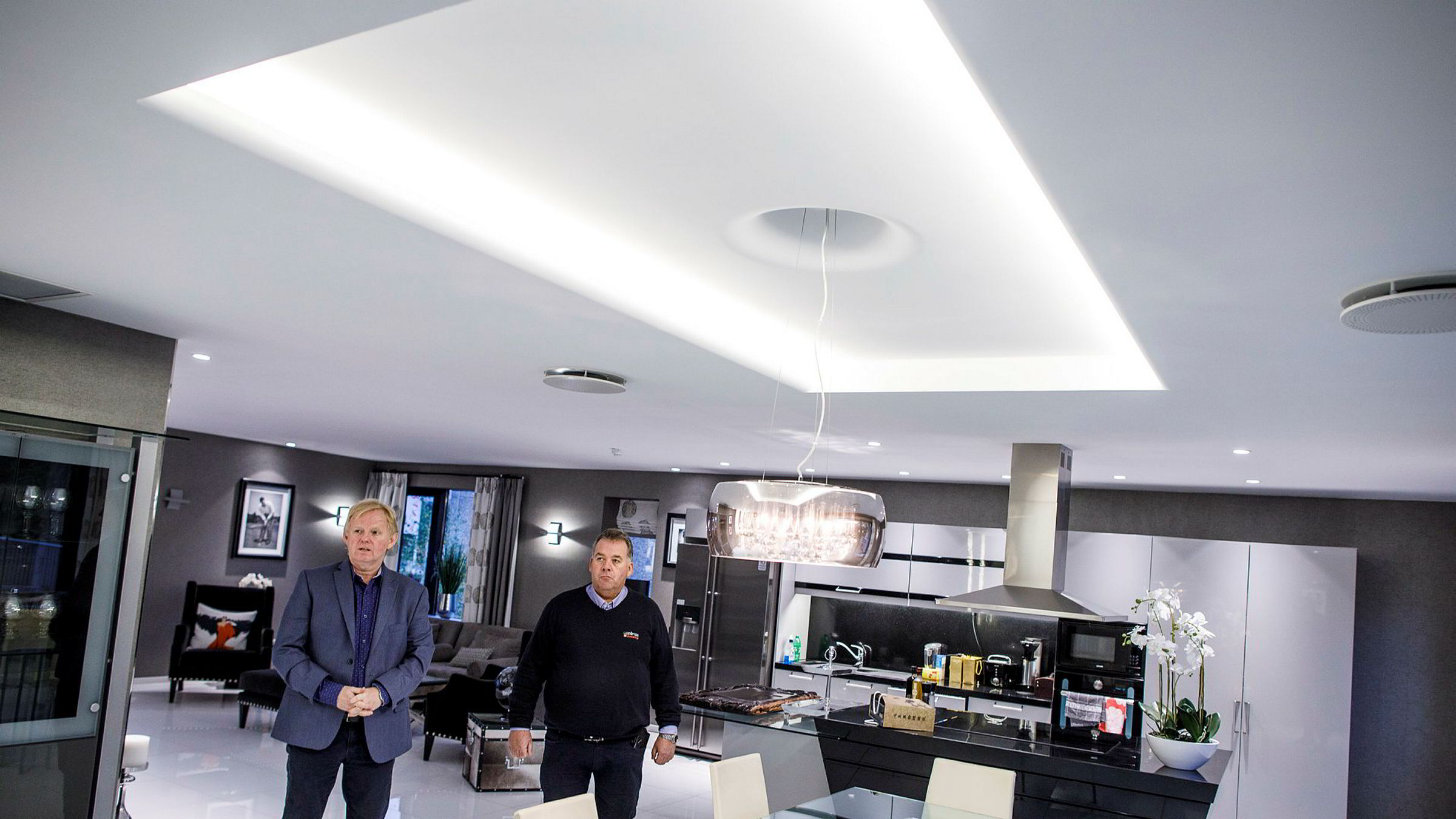 Unilamp Nordens gründer og administrerende direktør Per Norman Nielsen (til venstre) med markedsdirektør Ståle Brandt i leiligheten de har bygget for å vise frem lampeprodukter.