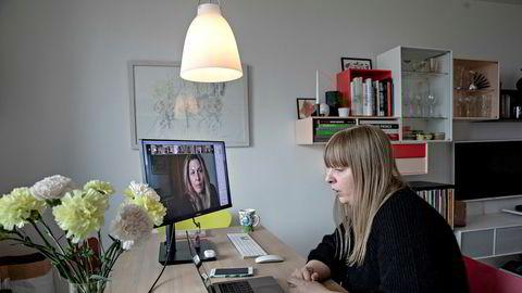 Tone Østerdal, daglig leder i Norske konsertarrangører, arrangerer et digitalt møte med festivalaktører som forberedelse til et møte med kulturminister Abid Raja. Hun er hjemme i egen stue. Mia Eriksen på skjermen