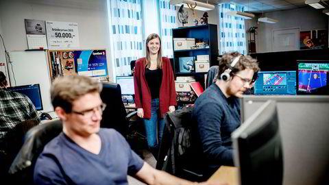 – Spillbransjen er hard, men i år vil vi omsette mye mer enn i fjor, sier Siw Annabell Hødnebø Espeland, daglig leder og medgründer i Encircle Games. Fra venstre Henning Skar (med ryggen til) Thomas Hovland og Thomas Munthe.