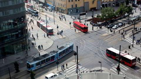 Teknologien det handler om, kalles samvirkende intelligente transportsystemer (C-ITS på engelsk). Den består av systemer som eiere av veinettet kan bruke til å kommunisere digitalt med den enkelte bil eller trafikant, skriver artikkelforfatterne.