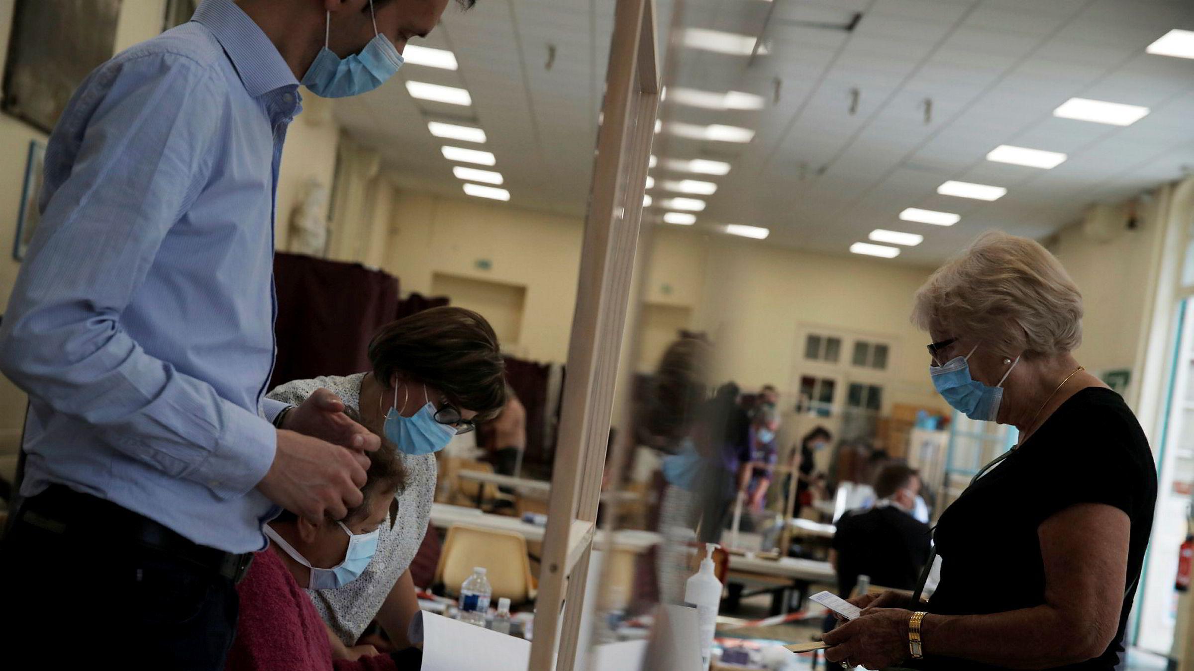 Frankrike holder andre valgrunde i lokalvalget etter at valget først ble utsatt på grunn av koronapandemien. Velgerne var påbudt å ha å seg ansiktsmasker. Valgdeltagelsen ser ut til å bli svært lav. Her fra et valglokale i Paris.