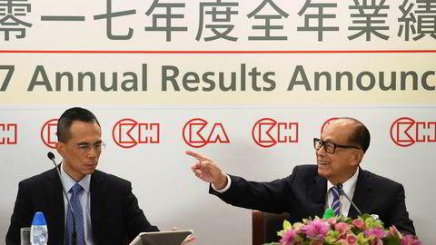 Hong Kongs rikeste mann, Li Ka-shing (89 år, til høyre) overlater styringen av konsernets holdingselskap CK Hutchison til sønnen Victor.