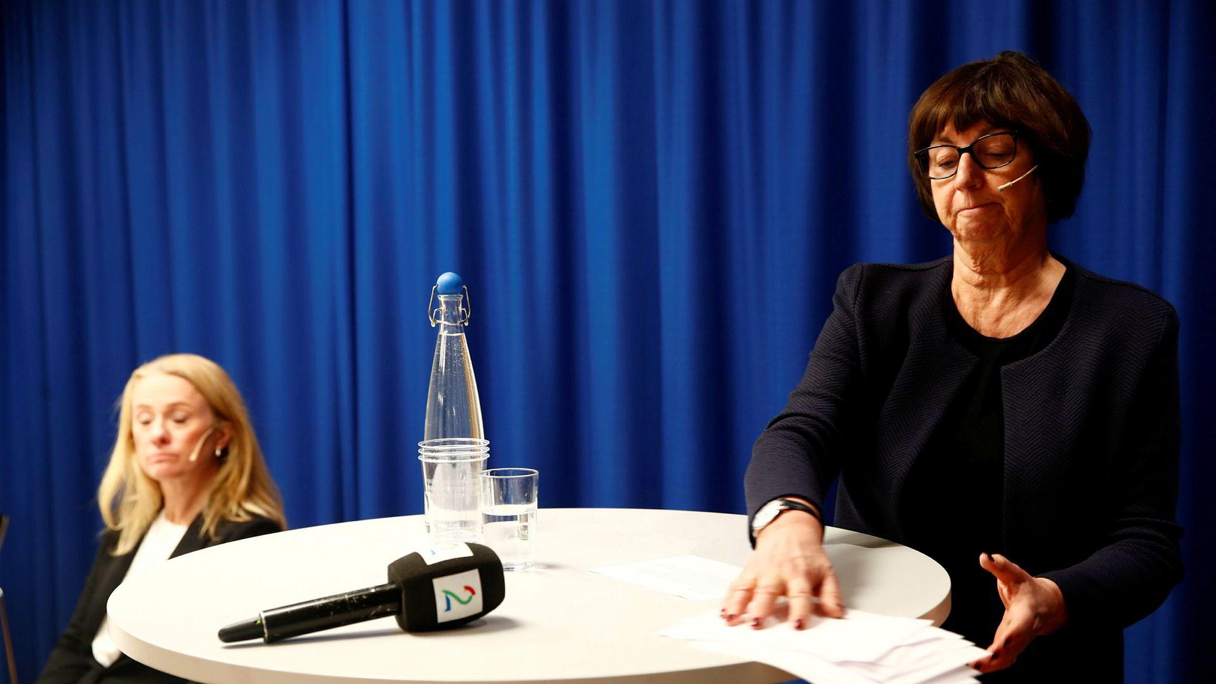 Nav-direktør Sigrun Vågeng sliter om dagen. Her fra mandagens pressekonferanse med arbeids- og sosialminister Anniken Hauglie (H).