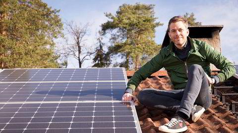 Andreas Thorsheim er en av gründerne bak Otovo. Selskapet skal fylle takene på norske boliger med solcellepanel. Her er han på en bolig i Bærum som nylig har fått installert solcellepaneler. Nå har han og gründerne solgt seg ned etter å ha fått nye eiere.