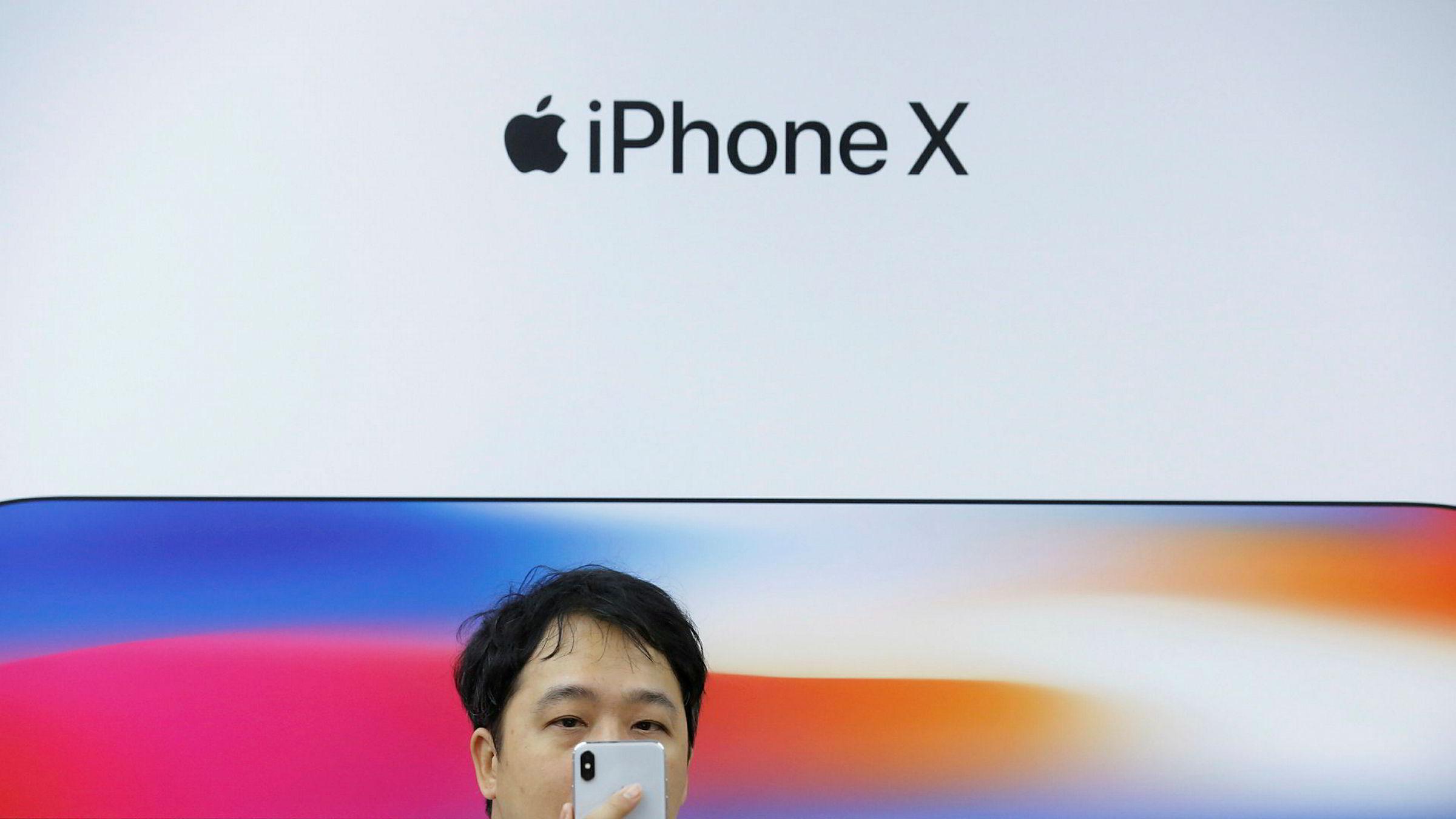 Apples aksjekurs falt med over 2,5 prosent ved Nasdaq-børsen på tirsdag etter lekkasjer, rykter og analyser om at interessen for flaggskipet Iphone X er lavere enn ventet.